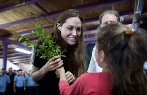 Jolie makes Visit to Syrian Refugee Camp